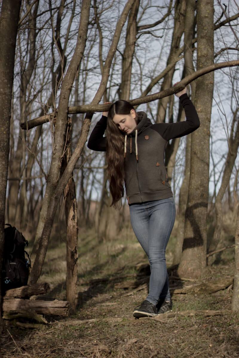 Bild von der Gründerin im Wald