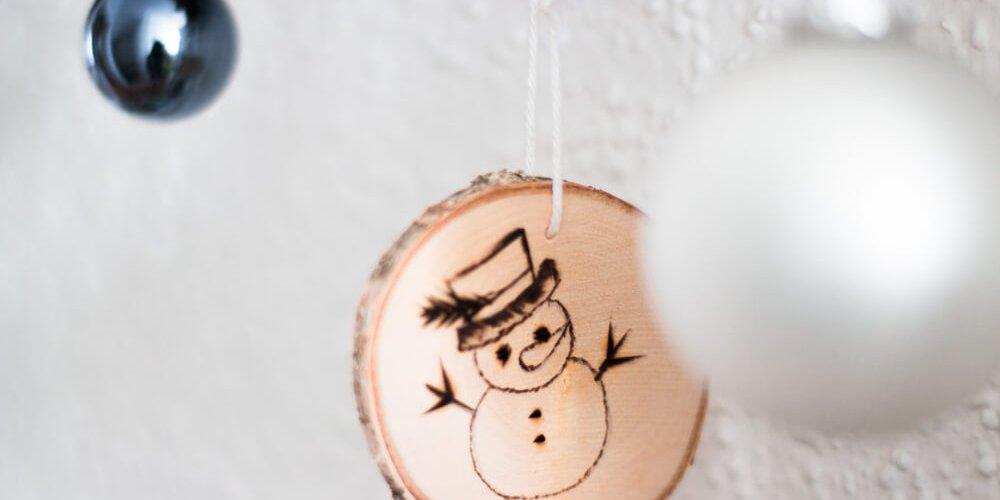 Christbaumkugel aus Holz mit Schneemann